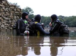 Scuba diving beginners in the lake
